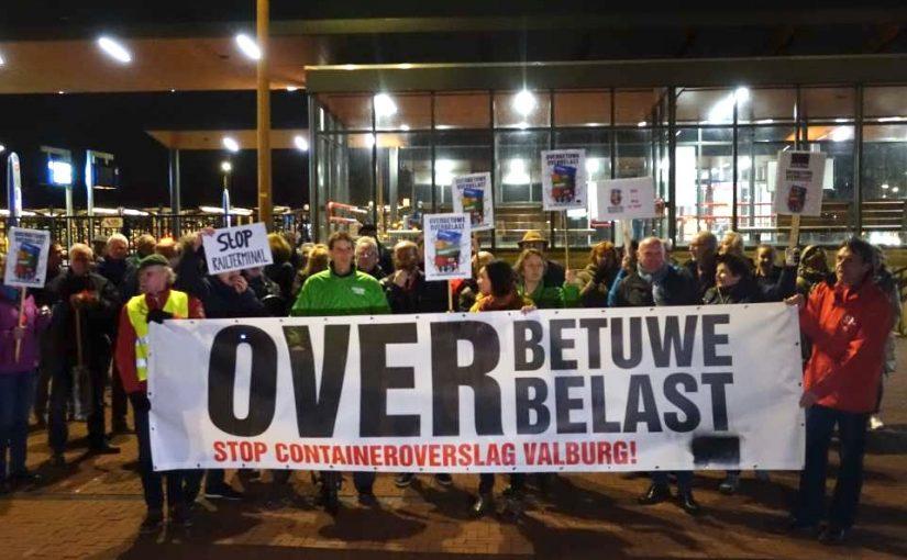 Tientallen bezorgde bewoners demonstreren tegen railterminal